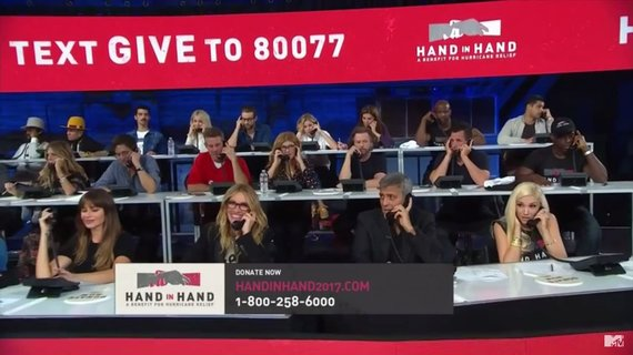 Video kadras/Prie telefonų (pirmoje eilėje) budi Sofia Vergara, Julia Roberts, George'as Clooney ir Gwen Stefani