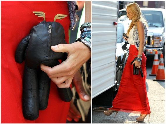 """""""Scanpix"""" nuotr./Blake Lively su lėle, kurią jai dovanojo Leonardo DiCaprio (2011 m.)"""