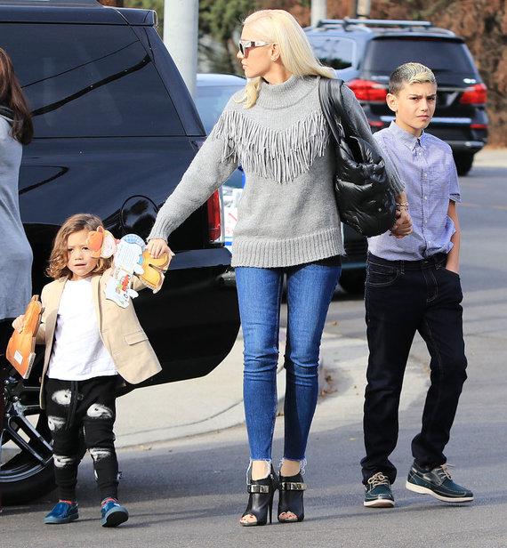 Vida Press nuotr./Gwen Stefani su sūnumis Zuma ir Kingstonu