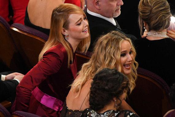"""""""Scanpix""""/""""Sipa USA"""" nuotr./Emma Stone ir Jennifer Lawrence"""