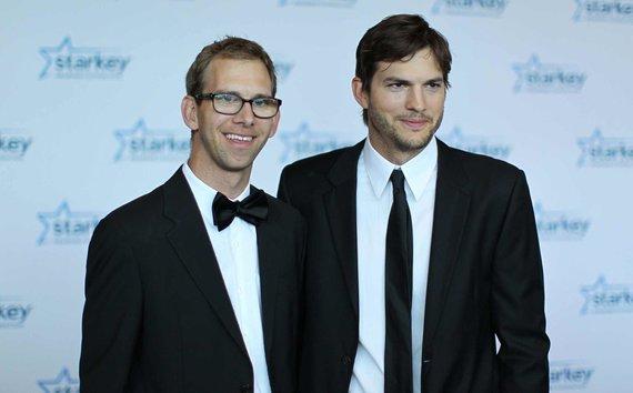 "AFP/""Scanpix"" nuotr./Ashtonas Kutcheris su broliu dvyniu Michaelu"