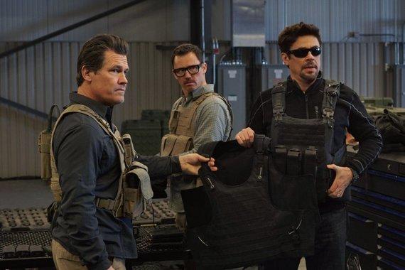 """Kadras iš filmo/Joshas Brolinas ir Benicio Del Toro trileryje """"Sicario: karteliniai karai"""""""