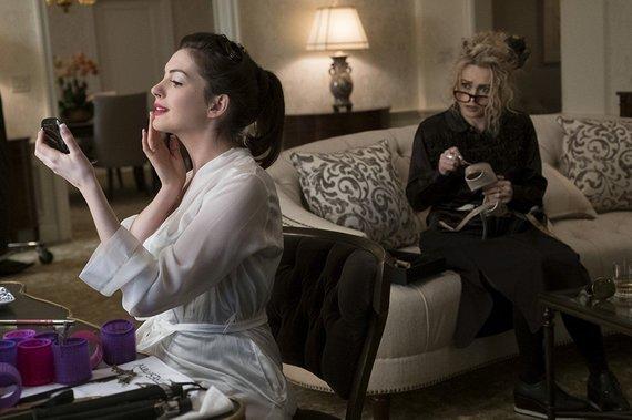 """Kadras iš filmo/Anne Hathaway ir Helena Bonham Carter filme """"Oušeno aštuntukas"""""""
