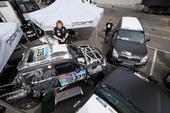 Gedmanto Kropio nuotr./Bnediktas Vanagas klijuoja Vyčio lipduką ant automobilio