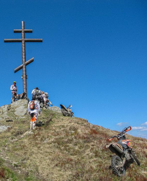 """Komandos archyvo nuotr./""""Mediafon-Motoshop"""" komandos kelionės Karpatų kalnyne akimirkos"""
