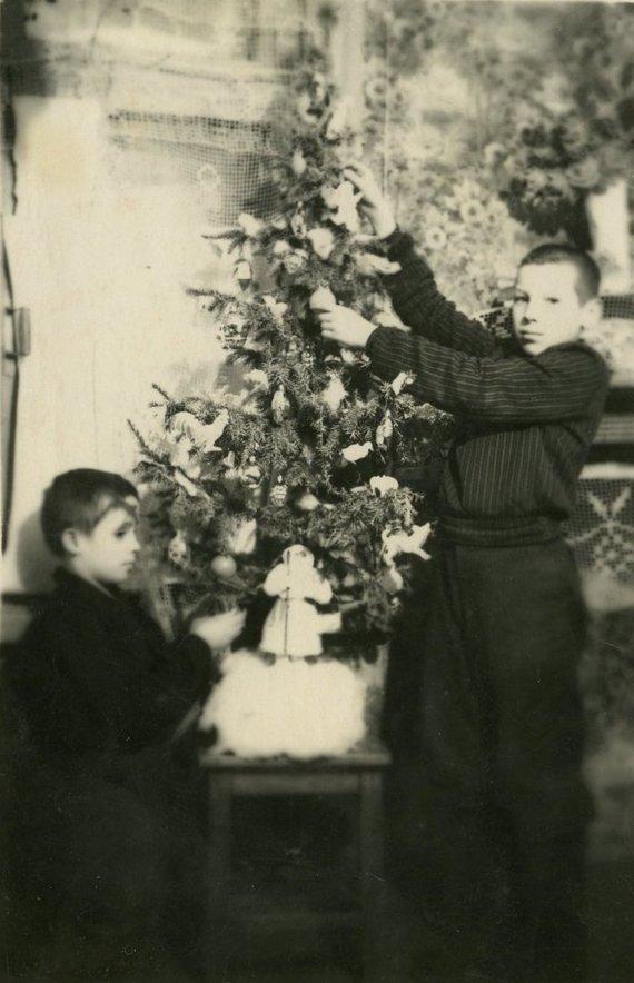LGGRTC muziejaus nuotr./Jonas Vilkelis (kairėje) ir Jonas Raila (dešinėje) puošia Kalėdų eglutę. Igarka, Krasnojarsko kr., 1948 m.