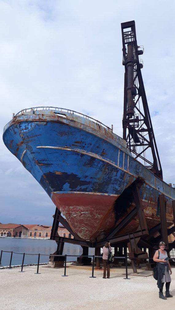 """Vaido Jauniškio nuotr./Šveicarų menininko Christopho Büchelio """"Barca Nostra"""" (Mūsų laivas) – laivas, kuris 2015 m. nuskendo su 800 migrantų iš Libijos"""