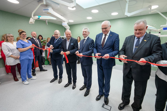 Vyriausybės nuotr./Premjeras Saulius Skvernelis (viduryje) dalyvavo Ukmergės ligoninės operacinio bloko atidaryme
