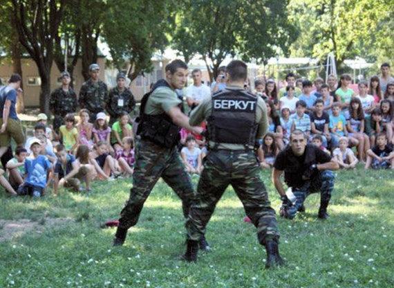 """Sergejus Kiminčiži (kairėje centre) per demonstracinį """"Berkut"""" kovotojų iš Odesos pasirodymą / odessitua.com"""
