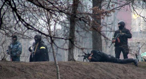 Specialiųjų pajėgų kariai šaudo koviniais šaudmenimis į demonstrantus. Kijevas, 2014 m. vasario 20 d. / RFE / RL