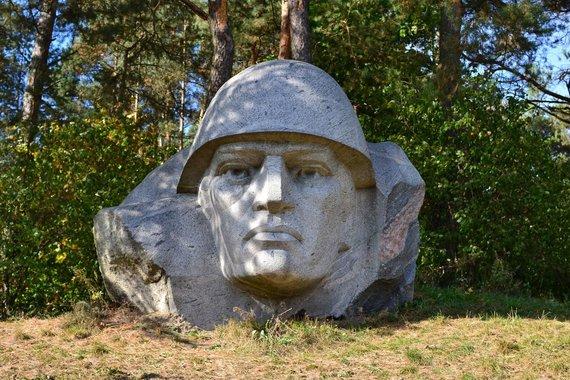 Roberto Ožalinsko nuotr./Sovietinis paminklas Alytaus rajone