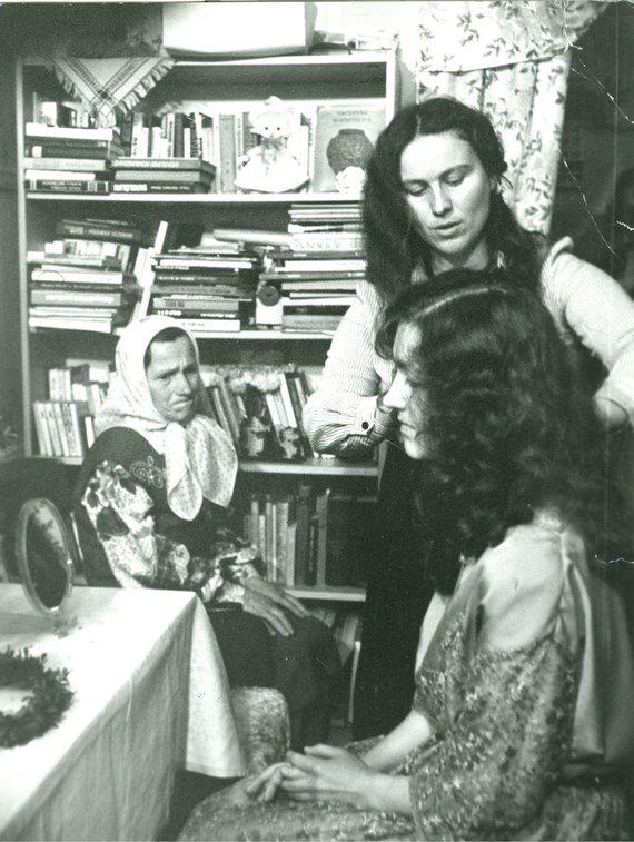 Iš asmeninio Gražinos Kadžytės archyvo/Mergvakaris, šukavimas: Jolanta Minkevičiūtė, Gražina Kadžytė ir Jolantos Minkevičiūtės močiutė.