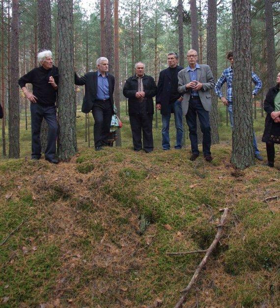 Varėnos rajono savivaldybės nuotr./Bolius Paulauskas (trečias iš kairės) prie partizanų bunkerio
