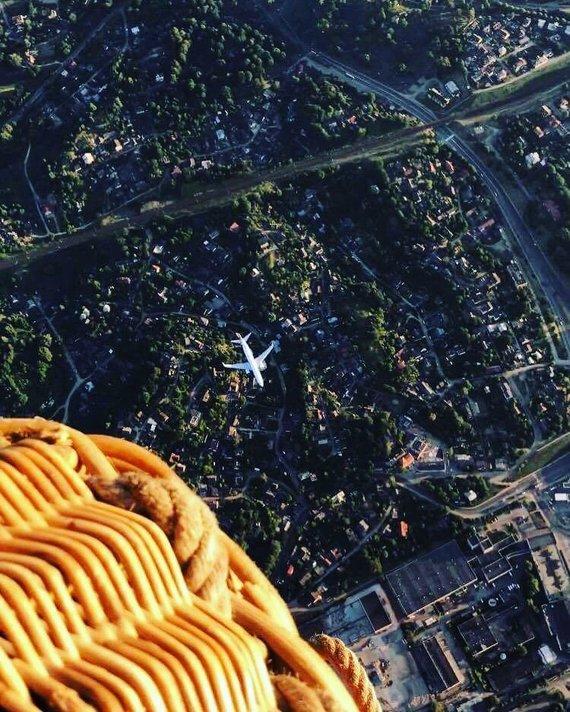 """Asmeninio archyvo/""""Pramogos ore"""" nuotr./Oro balionas virš lėktuvo"""