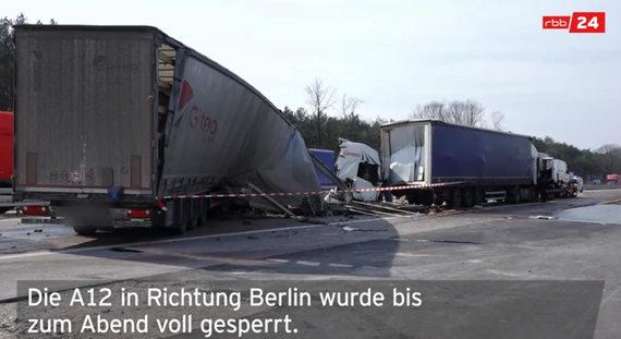 """Kadras iš vaizdo įrašo/Prie Berlyno į avariją pateko """"Girteka"""" sunkvežimis"""