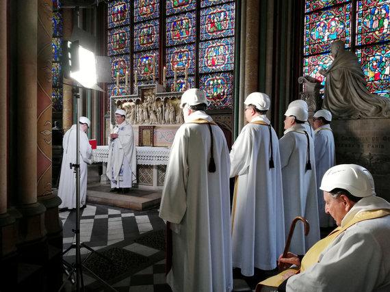 """""""Reuters""""/""""Scanpix"""" nuotr./Paryžiaus Dievo Motinos katedroje paaukotos pirmosios po gaisro mišios"""