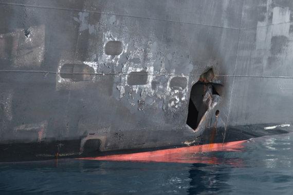 """""""Reuters""""/""""Scanpix"""" nuotr./JAV paskelbė daugiau nuotraukų, įrodančių, kad iraniečiai nuo tanklaivio """"Kokuka Courageous"""" korpuso nuėmė nesprogusią miną"""