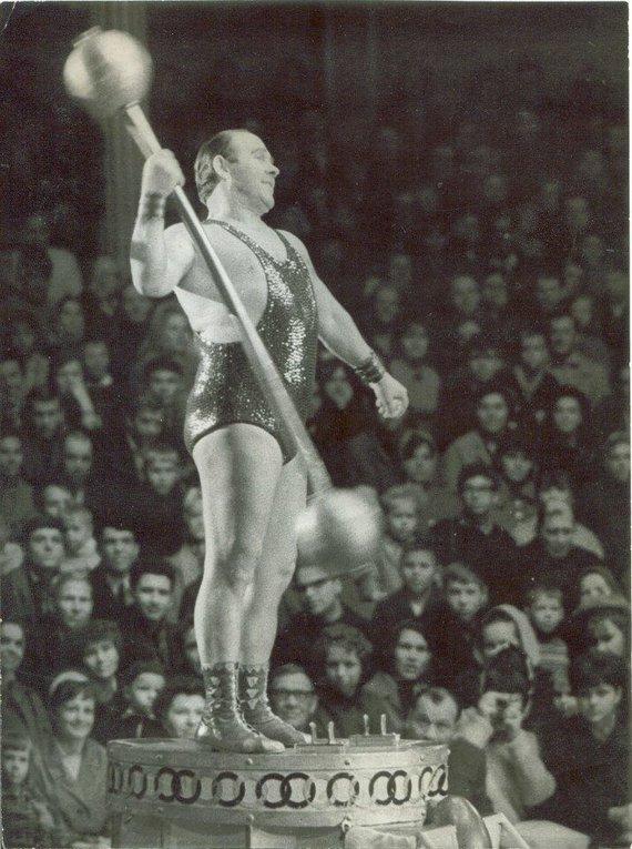 Iš A.Jancevičiaus asmeninės kolekcijos/Stipruolis, Lietuvos cirko legenda Jonas Ramanauskas.