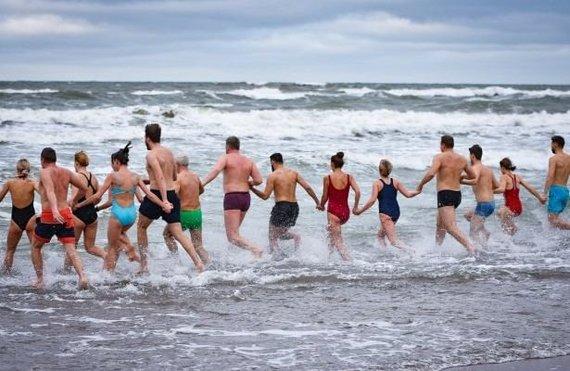ve.lt/Virginijos KESMINĖS nuotr./Sveikuoliai metus sutiko Baltijos bangose