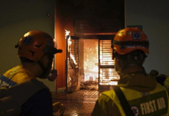"""""""Scanpix""""/AP nuotr./Honkongo karantino kompleksas apmėtytas padegamosiomis bombomis"""