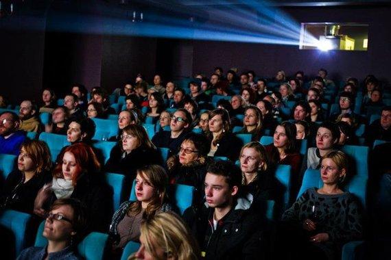 Archyvo nuotr./Kino mėgėjai su vyno taurėmis