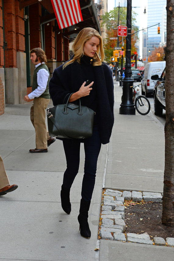 """Buzz Foto/Scanpix"" nuotr./Modeis Rosie Huttington-Whiteley Niujorko gatvėje, nešina ""Givenchy"" rankine."