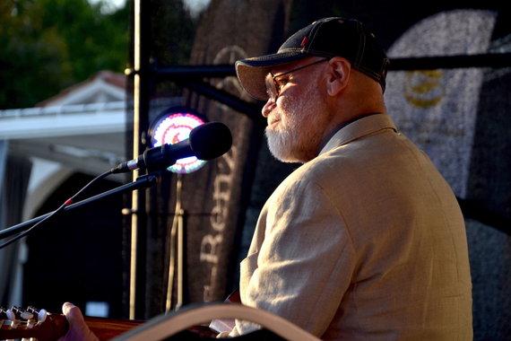 """Bardai LT nuotr./Septintasis ciklo """"Pažaislio liepų alėjos vakarai"""" koncertas buvo skirtas artėjančiam jubiliejiniam Nacionaliniam bardų festivaliui """"Purpurinis vakaras"""""""
