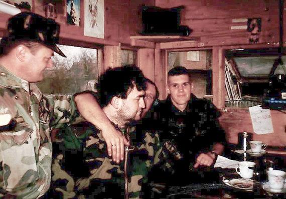 V.Kuznecovo asmeninio archyvo ir G.Maurico nuotr./1994 metai, Sunja. Kroatų pajėgų būstinėje. Pirmas iš dešinės sėdi V.Kuznecovas, trečias – I. Pandža-Orkanas