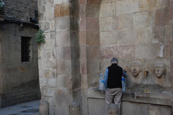 J.Lapienytės nuotr./Gotikos kvartale žmogus semiasi vandenį