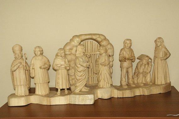 LLKC nuotr./Pranas Dužinskas. Jėzus perduoda Šv.Petrui dangaus raktus.Medis