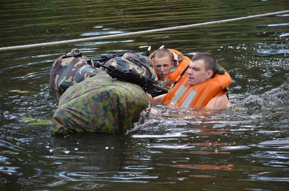 Karinių jūrų pajėgų nuotr./Karinėse jūrų pajėgose rengiami jūrų karininkai lauko pratybas vykdė kartu su jūrų šauliais