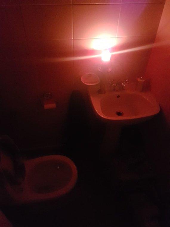 15min skaitytojos Elvyros nuotr./Be elektros likę M.Daukšos g. gyventojai degino žvakes