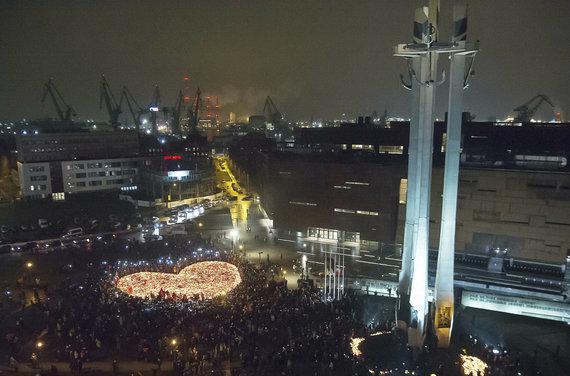 """""""Scanpix""""/AP nuotr./Širdis iš žvakių nužudytam Gdansko merui Pawelui Adamowicziui"""