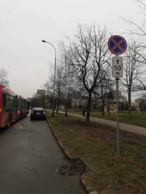 15min skaitytojo nuotr./Dėl stovinčio automobilio autobusas negalėjo pravažiuoti Taikos g.