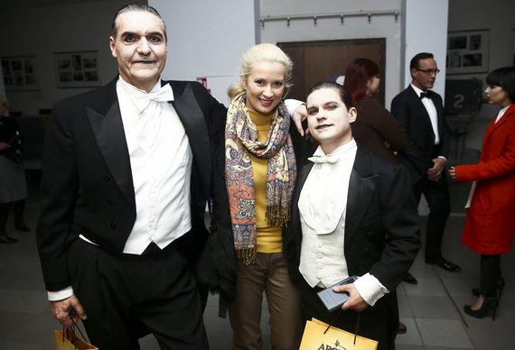 Luko Balandžio/Žmonės.lt nuotr./Algirdas Kaušpėdas ir Deividas Norvilas su žmona Renata