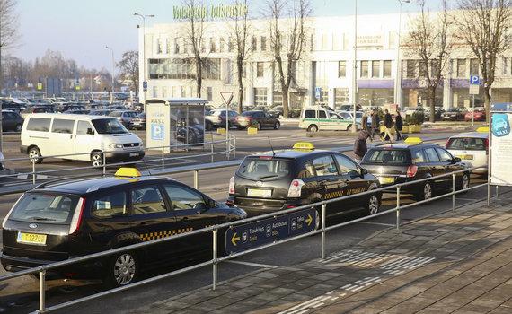 Luko Balandžio/Žmonės.lt nuotr./Taksi automobiliai prie oro uosto