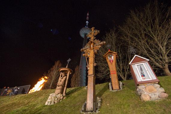 Luko Balandžio / 15min nuotr./Atminimo laužų uždegimo ceremonija prie Vilniaus televizijos bokšto