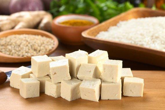 Fotolia nuotr./Tofu – varškės, pagamintos iš sojų pieno, sūris.
