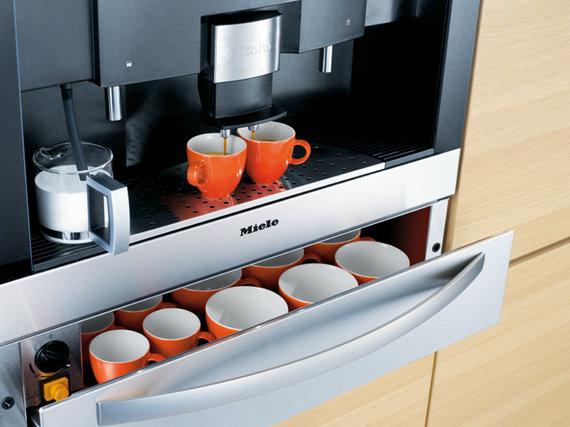 Kavos ruošimo įranga su puodukų šildymo stalčiumi