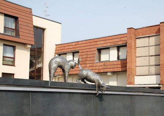 Eglės Digrytės nuotr./Kačių skulptūrėlės P.Butlerienės aikštėje Marijampolėje