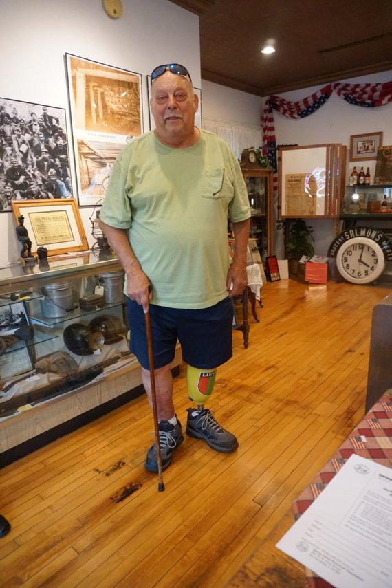 """""""Tikslas – Amerika"""" nuotr./Spring Valley pasitikęs John Bogatitus su kojos protezu su lietuviškais motyvais"""