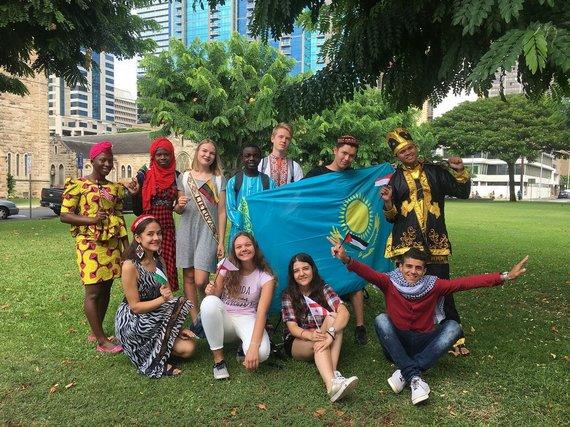 Asm.archyvo nuotr./Eivilė ir kiti mainų studentai atstovauja savo šalims vaikų ir jaunimo dienos šventėje