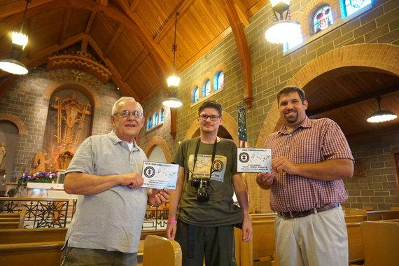"""""""Tikslas – Amerika"""" nuotr./Sent Luiso bažnyčios atstovams Frankui Dorrisui ir Joe Szymanskiui įteikiami sertifikatai, liudijantys, kad objektas įtrauktas į """"Tikslas – Amerika"""" žemėlapį"""