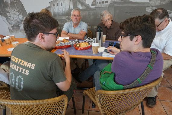 """""""Tikslas – Amerika"""" nuotr./""""Tikslas – Amerika"""" dalyviai dalija interviu vietos spaudai West Frankfort, Ilinojus"""