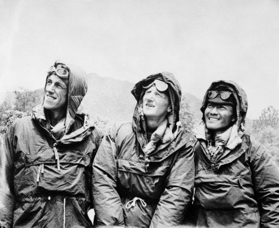 """""""Scanpix""""/""""PA Wire""""/""""Press Association Images"""" nuotr./Edmundas Hillary (kairėje) su šerpu Tenzingu Norgey (dešinėje) ir ekspedicijos vadovu Johnu Huntu (viduryje)"""
