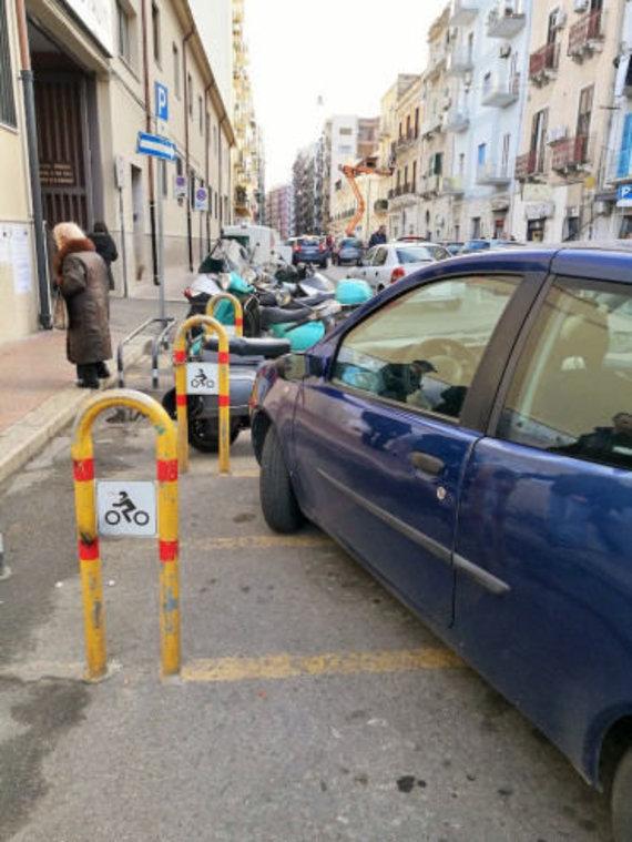 Vieta skirta palikti dviračius, bet paliekami automobiliai, Eglės Zicari nuotr.