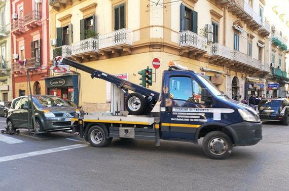 Retas vaizdas Italijos pietuose – nutempiamas ne vietoje paliktas automobilis, Eglės Zicari nuotr.