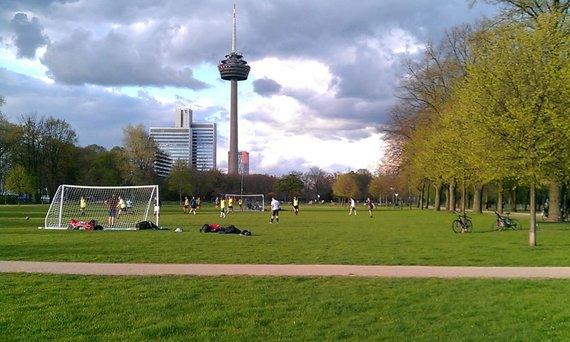 V.Mikaičio nuotr./Kelno parkuose populiarus futbolas