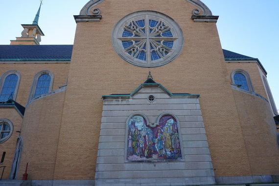 Tikslas - Amerika nuotr./Marketparko Marijos gimimo lietuvių bažnyčia su Mindaugo karūnavimo freska