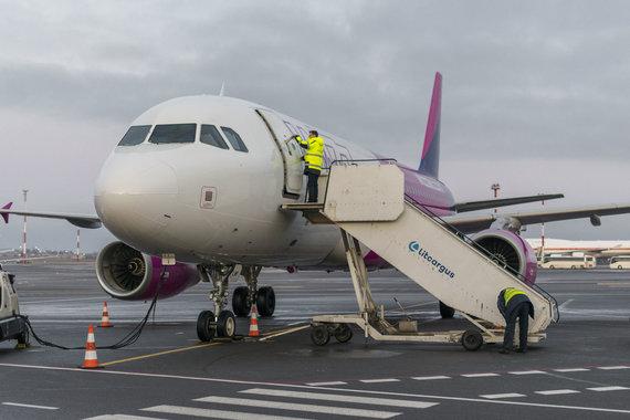 Gintaro Staučės nuotr./Lėktuvas laukia keleivių